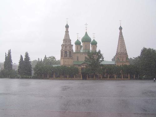 Золотые купола ярославских храмов и Волга